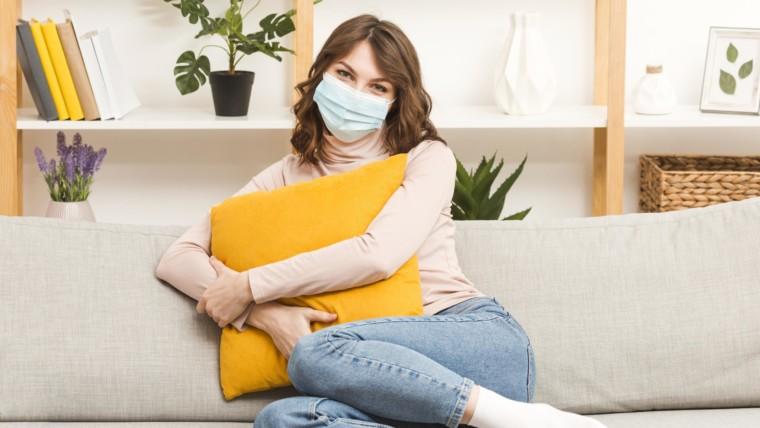 mulher de máscara em tempos de pandemia